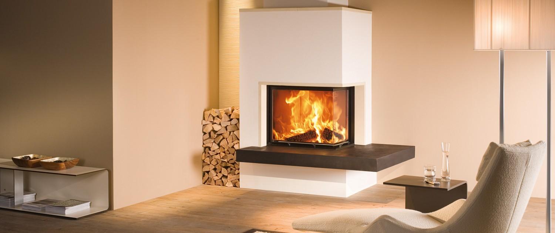 Eck-Kamin mit braunem Feuertisch